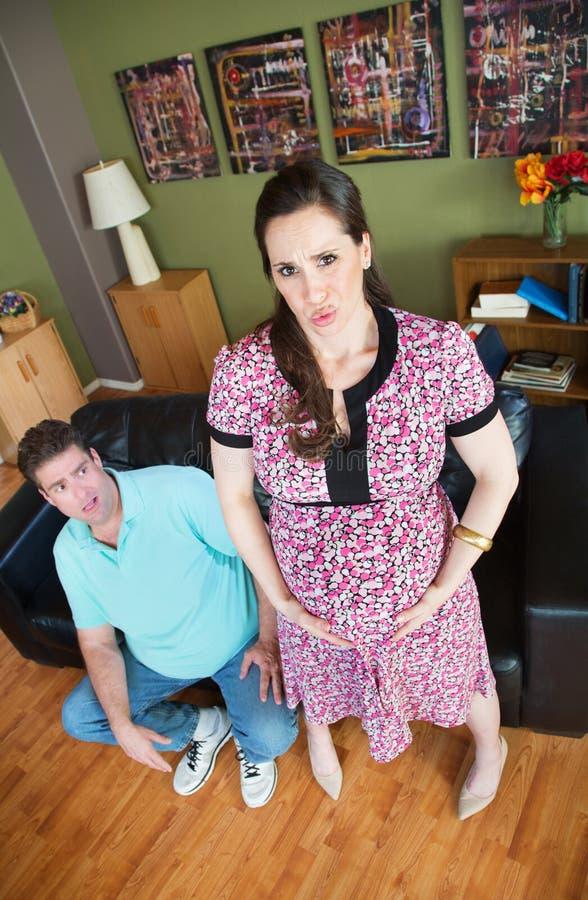 Mulher gravida com contrações fotos de stock
