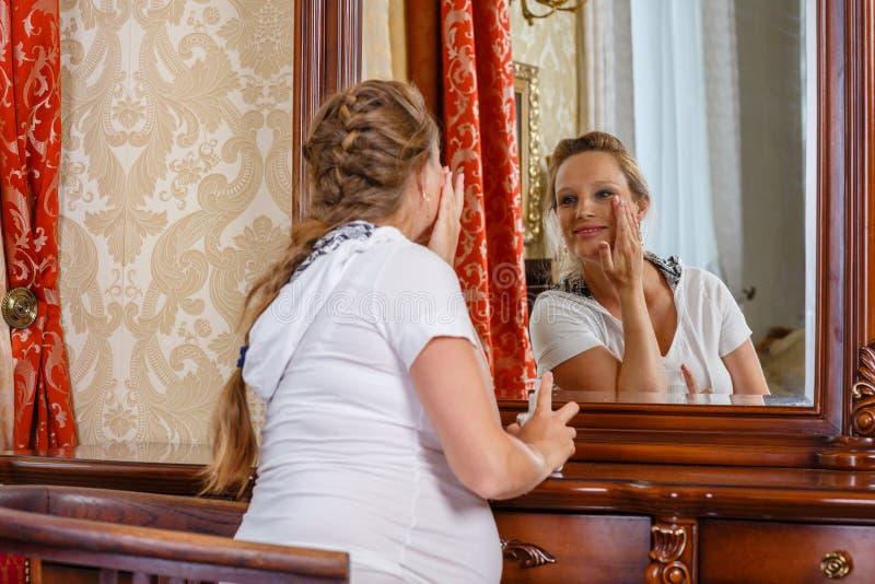 Mulher gravida com creme cosmético imagens de stock