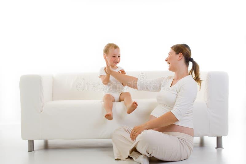 Mulher gravida com criança imagens de stock