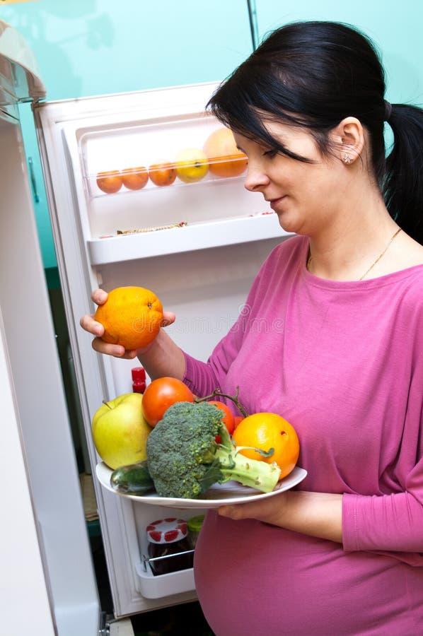 Mulher gravida com fruta foto de stock