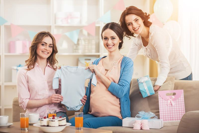 Mulher gravida com o Romper e os amigos do bebê azul fotos de stock royalty free
