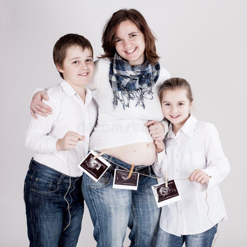 Mulher gravida com o tiro ultra-sônico do bebê fotografia de stock royalty free