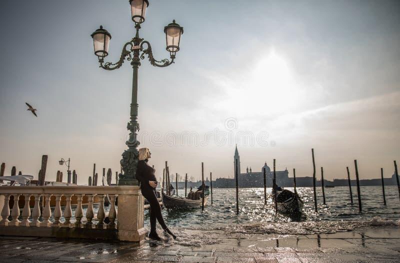 Mulher gravida com paisagem maravilhosa de Veneza fotos de stock royalty free