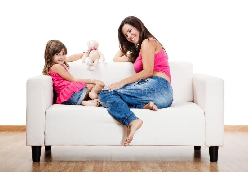 Download Mulher Gravida Com Sua Filha Imagem de Stock - Imagem de feliz, criança: 12805665