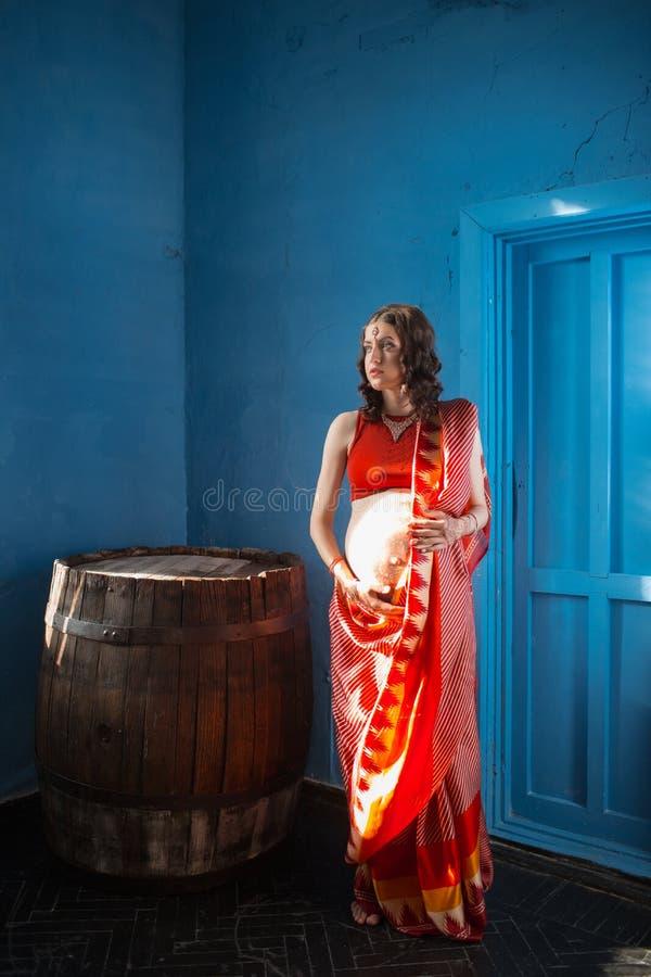A mulher gravida com tatuagem da hena imagens de stock
