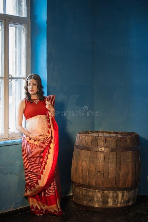 A mulher gravida com tatuagem da hena fotos de stock