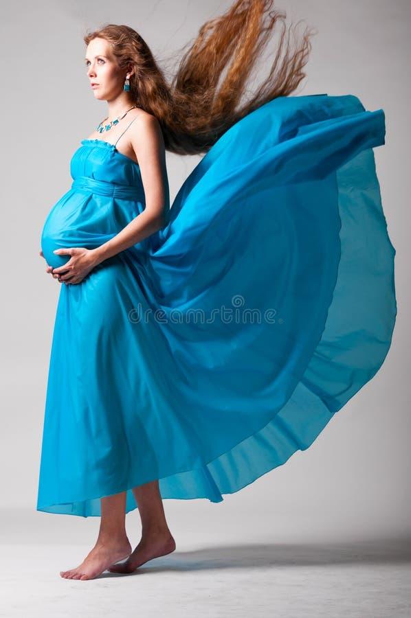 Mulher gravida com vestido do vôo fotos de stock royalty free