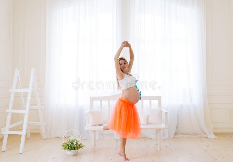 A mulher gravida da dança imagem de stock