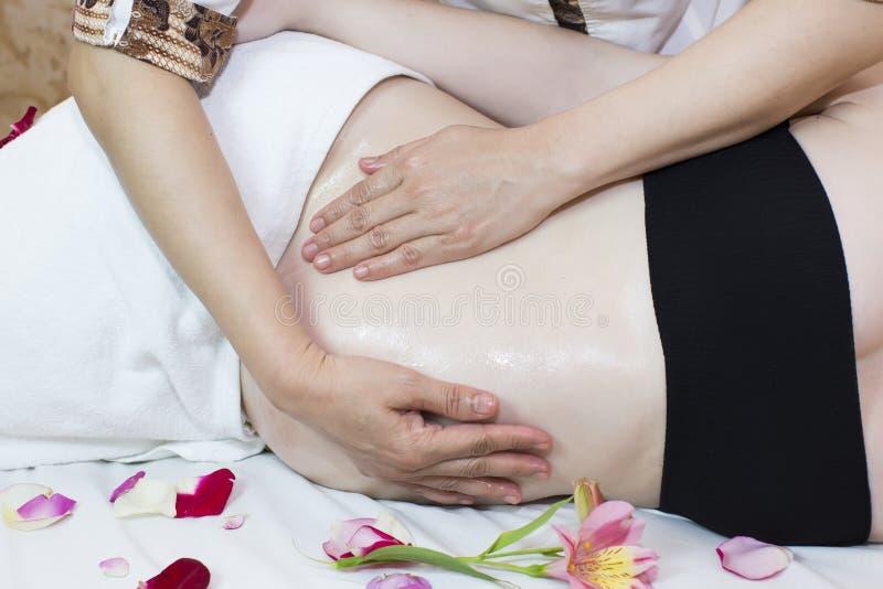 Mulher gravida da massagem imagens de stock