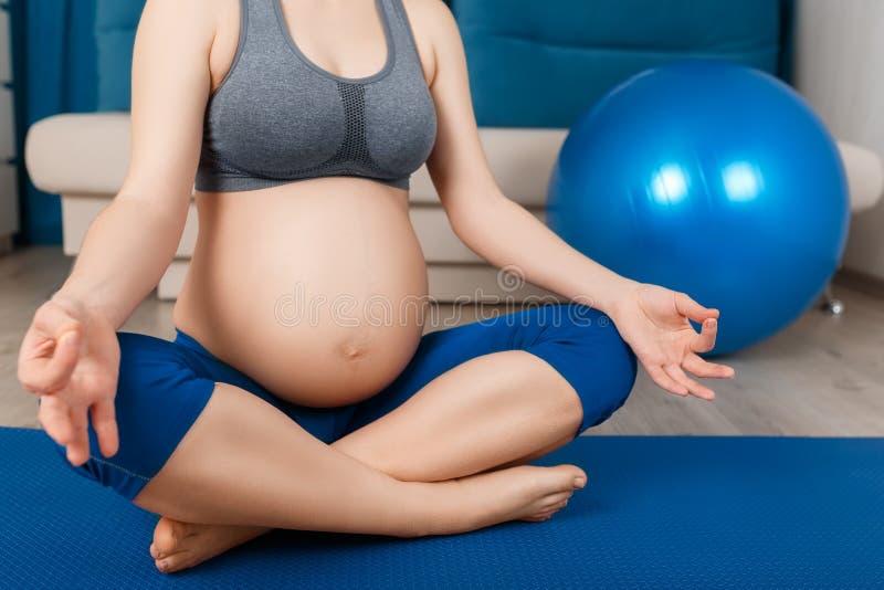 A mulher gravida do close up medita imagens de stock royalty free