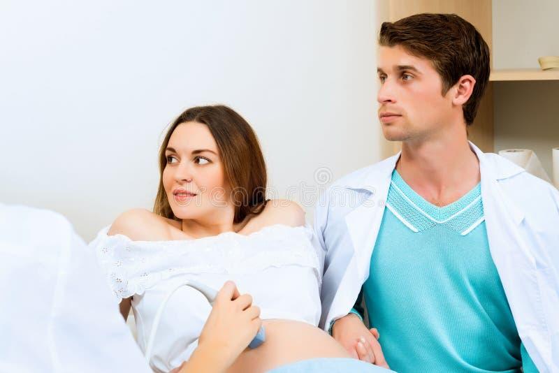 Mulher gravida e o pai futuro imagem de stock