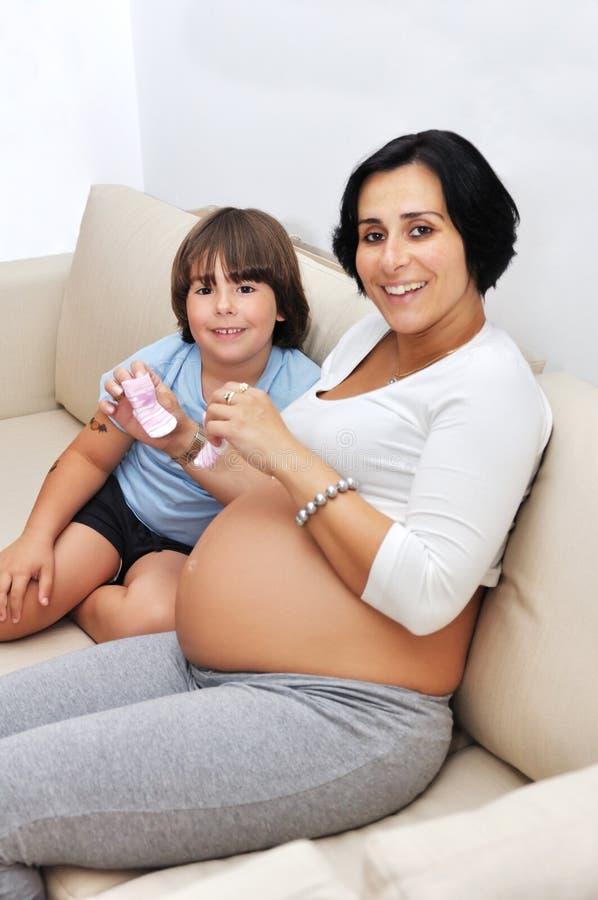 Mulher gravida e seu filho novo