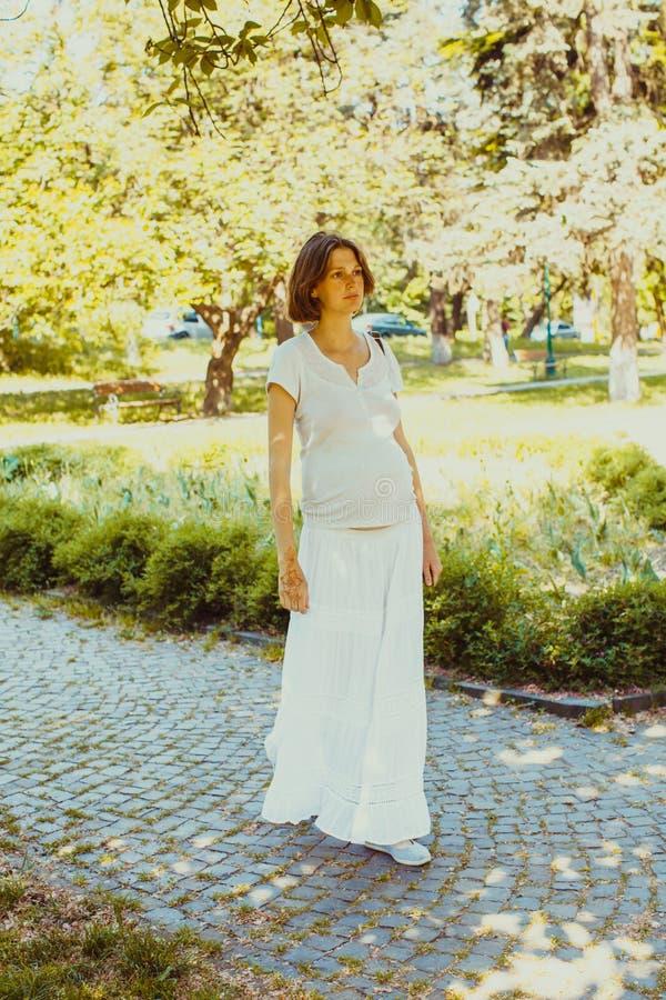 A mulher gravida em um parque local foto de stock royalty free