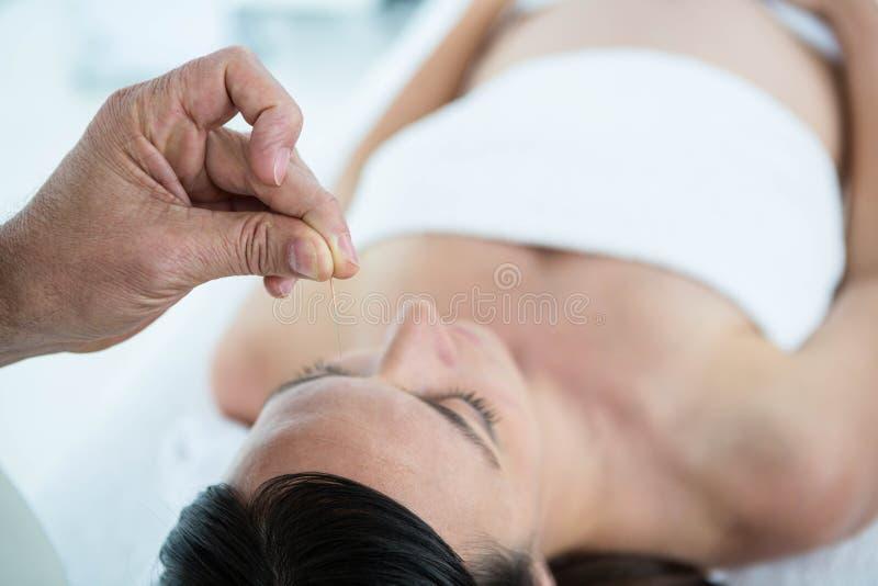 Mulher gravida em uma terapia da acupuntura imagem de stock royalty free