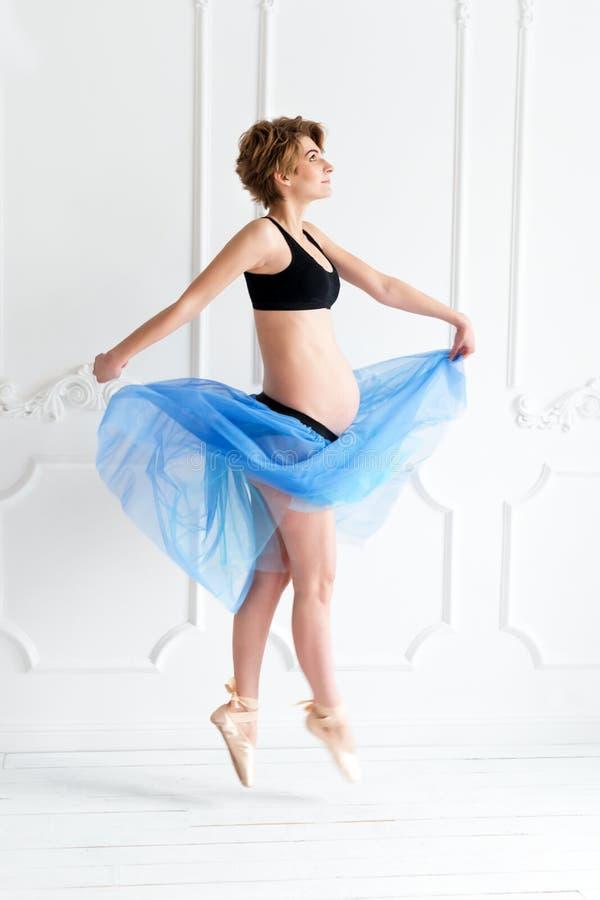 mulher gravida feliz do conceito do esporte da aptidão da gravidez foto de stock royalty free