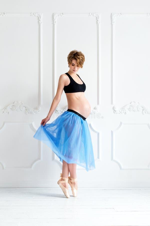 mulher gravida feliz do conceito do esporte da aptidão da gravidez fotografia de stock