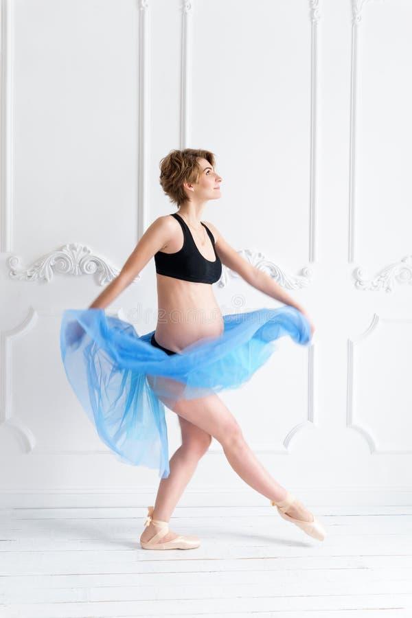 mulher gravida feliz do conceito do esporte da aptidão da gravidez fotos de stock royalty free