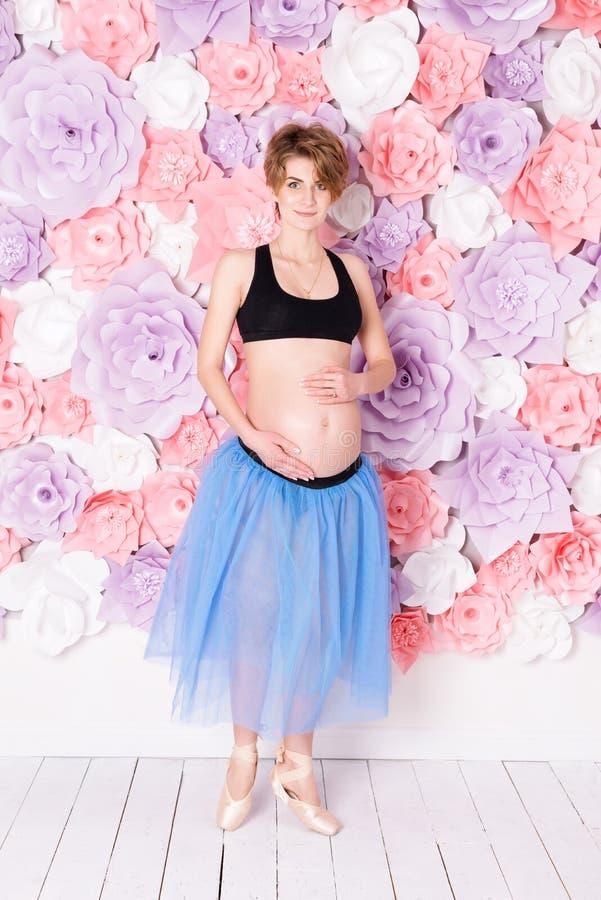 mulher gravida feliz do conceito do esporte da aptidão da gravidez imagens de stock royalty free