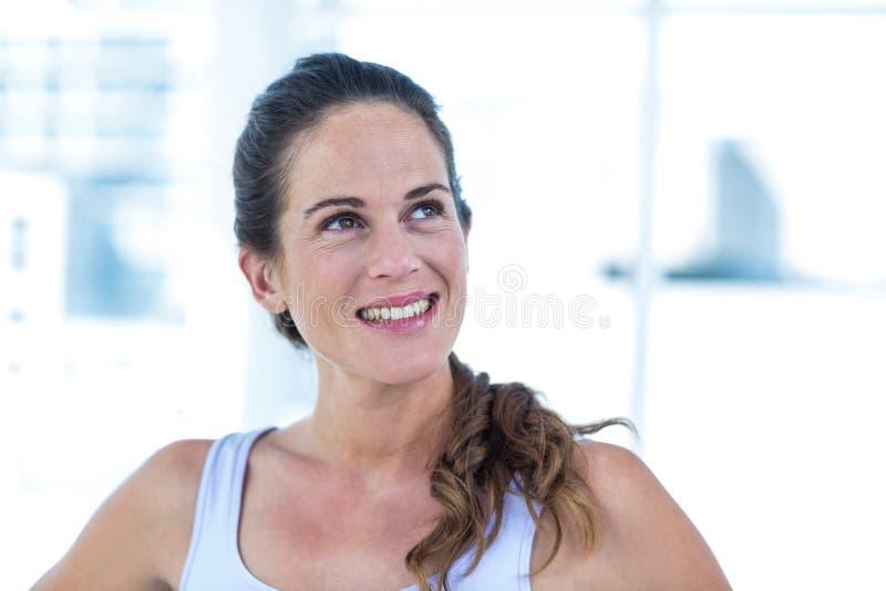 Mulher gravida feliz que olha acima imagem de stock