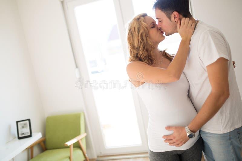 Mulher gravida feliz que relaxa com seu marido fotos de stock royalty free