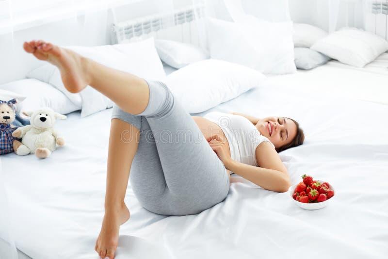 A mulher gravida feliz sente saudável e obtém algum divertimento FO saudáveis foto de stock
