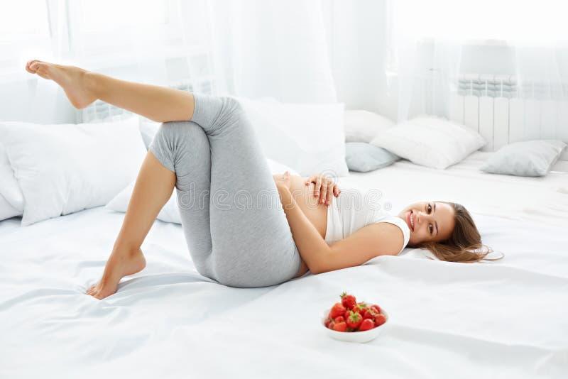 A mulher gravida feliz sente saudável e obtém algum divertimento FO saudáveis foto de stock royalty free
