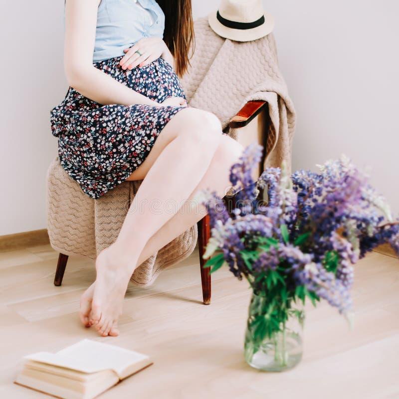 A mulher gravida guarda as m?os na barriga Conceito da gravidez, da maternidade, da prepara??o e da expectativa Foto bonita da gr fotografia de stock