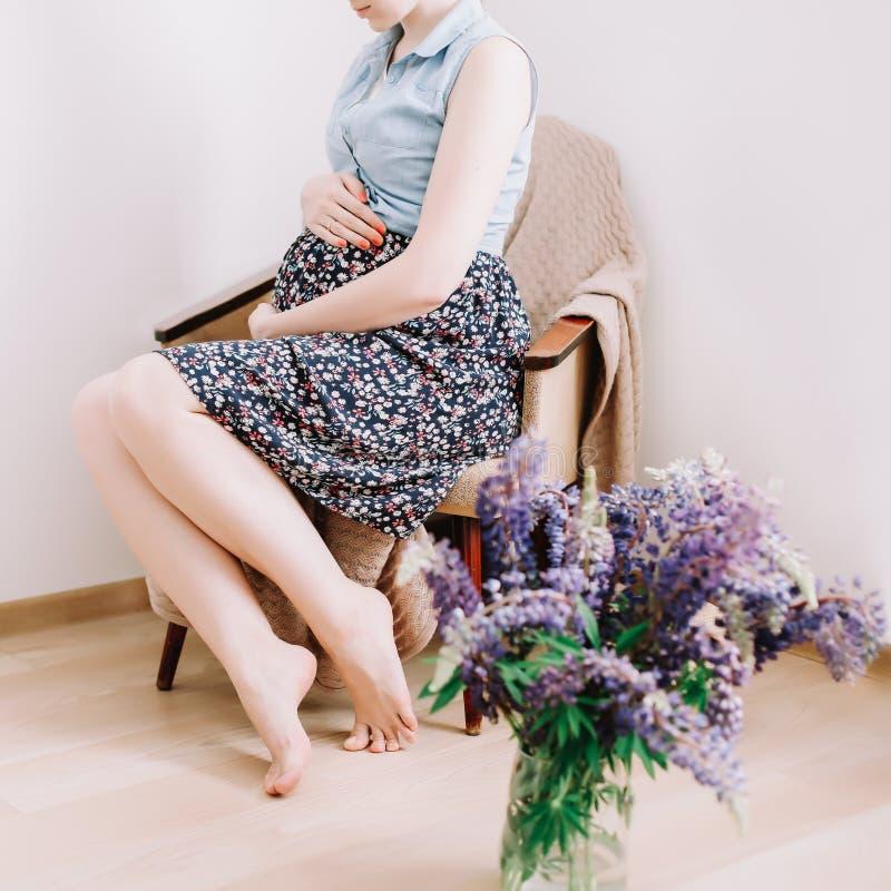A mulher gravida guarda as m?os na barriga Conceito da gravidez, da maternidade, da prepara??o e da expectativa Foto bonita da gr foto de stock royalty free