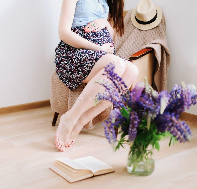 A mulher gravida guarda as m?os na barriga Gravidez, maternidade, conceito da expectativa Foto da gravidez P?s bonitos da mulher fotos de stock royalty free