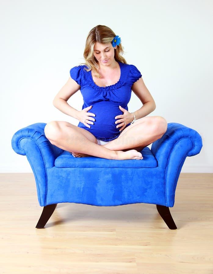 Mulher gravida na cadeira fotografia de stock