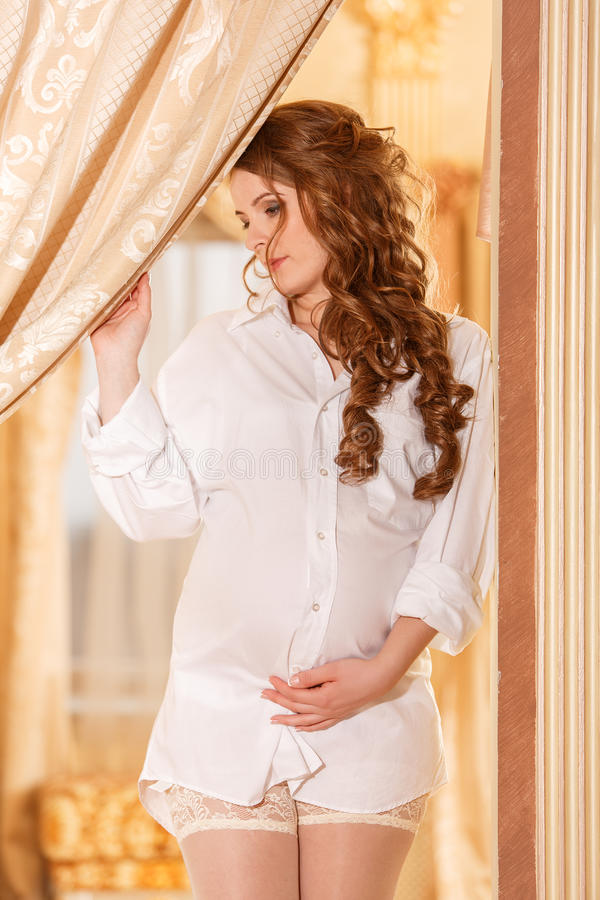 Mulher gravida na camisa branca fotos de stock royalty free