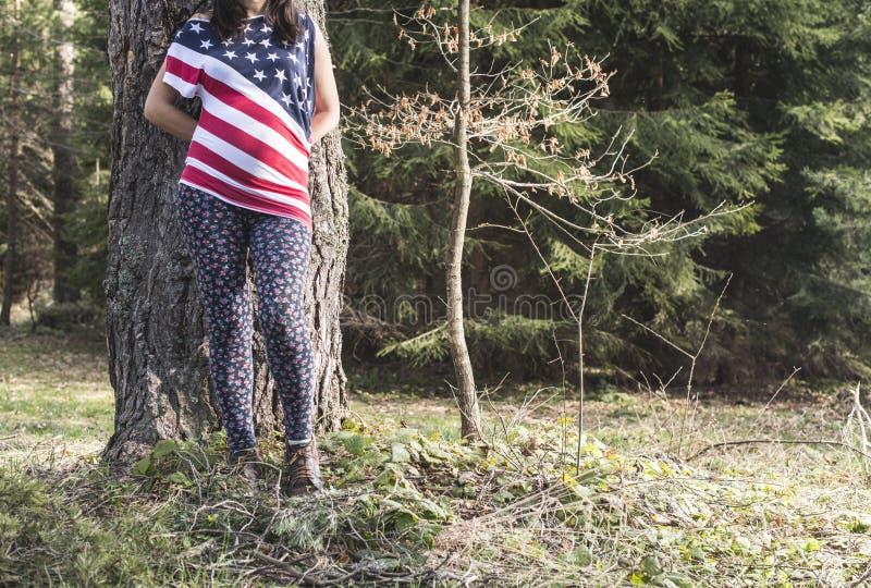 Mulher gravida na floresta fotografia de stock royalty free