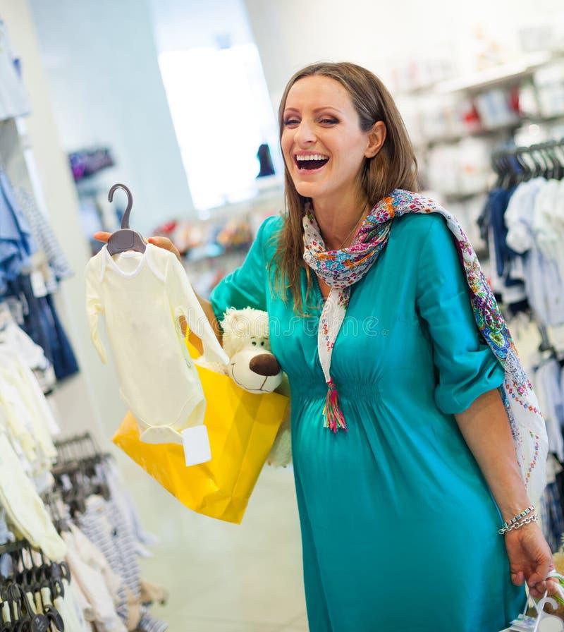Mulher gravida na loja da loja fotografia de stock