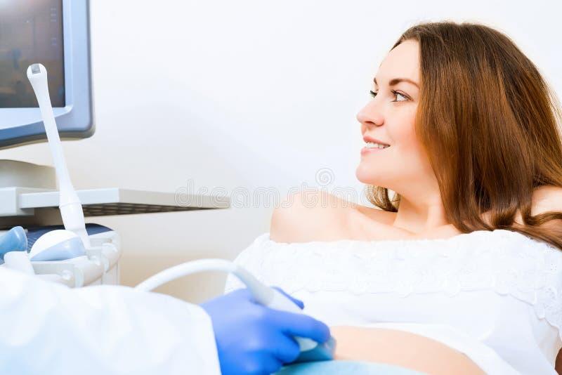 Mulher gravida na recepção no doutor imagem de stock royalty free