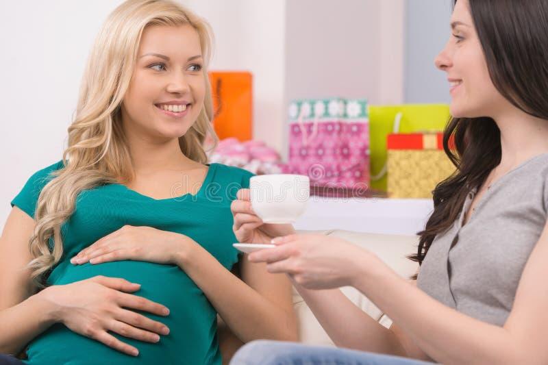 Mulher gravida no partido de festa do bebê. fotos de stock