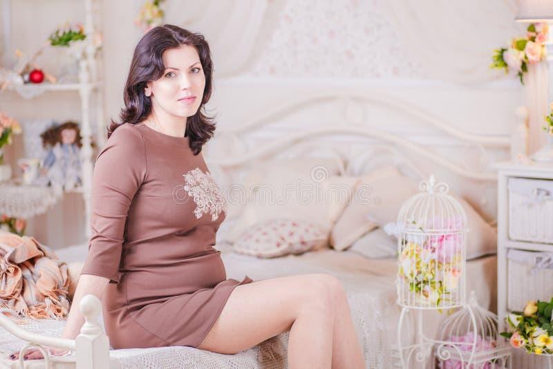 Mulher gravida no quarto imagens de stock