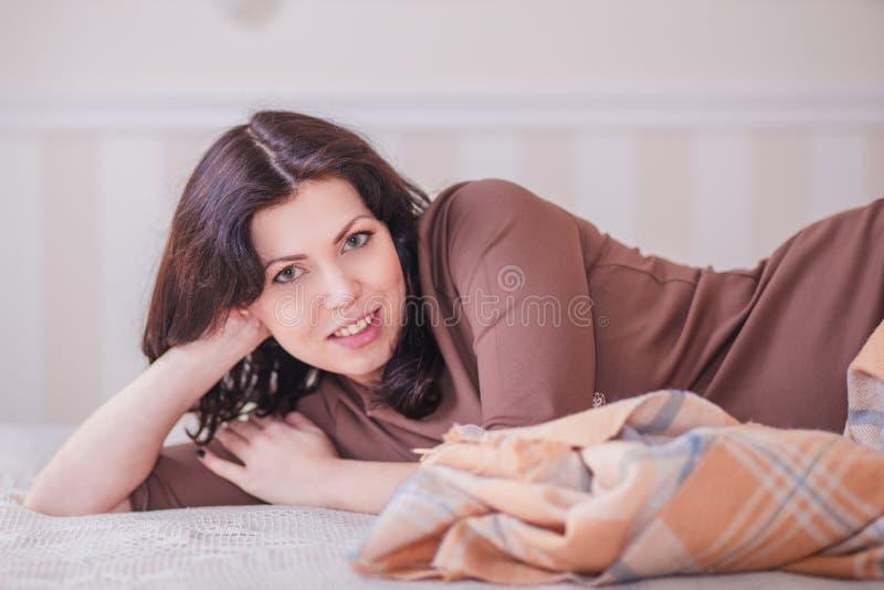 Mulher gravida no quarto fotos de stock royalty free