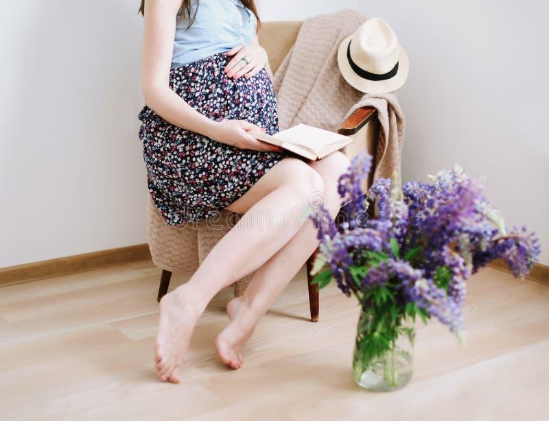 Mulher gravida no vestido em casa Conceito da gravidez, da maternidade, da prepara??o e da expectativa Foto macia bonita da gravi imagem de stock royalty free