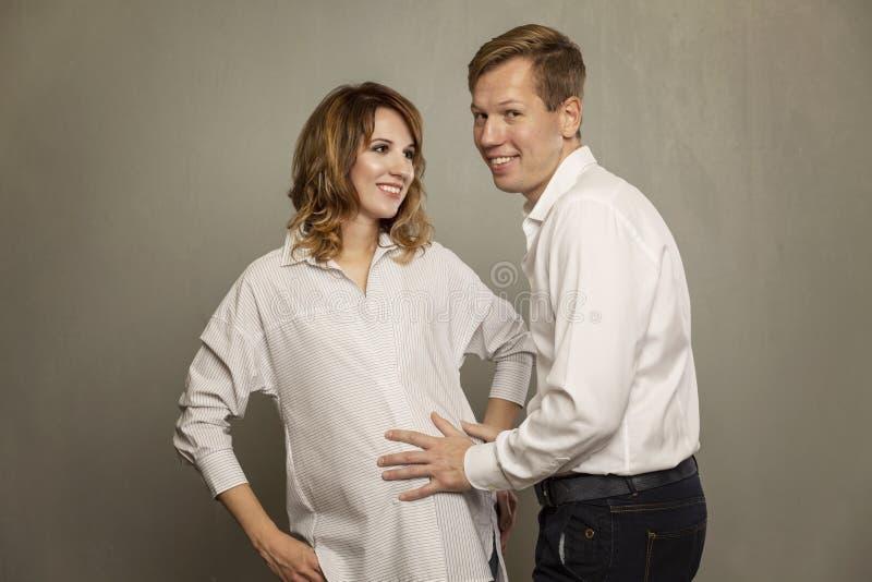 Mulher gravida nova com seu marido imagem de stock