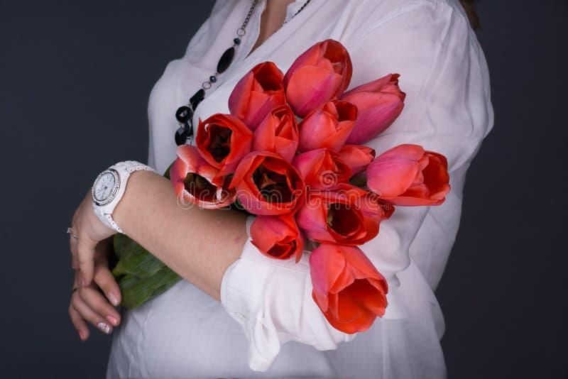 Mulher gravida nova em antecipação a uma criança fotos do estúdio em um fundo Conceito da maternidade feliz fotos de stock royalty free