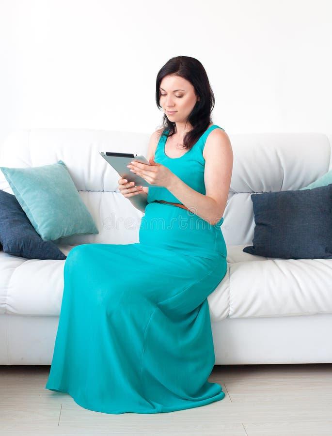 Mulher gravida nova no quarto imagens de stock