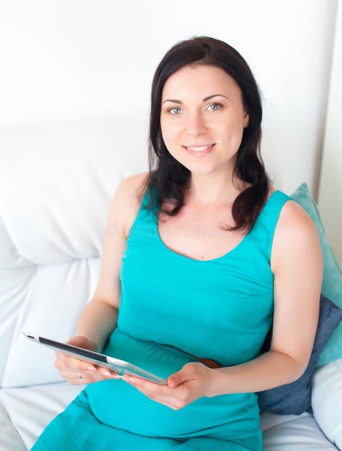 Mulher gravida nova no quarto foto de stock