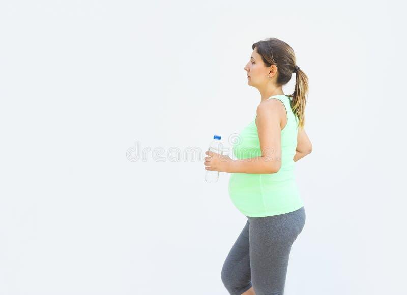 Mulher gravida que faz exercícios da aptidão imagens de stock royalty free