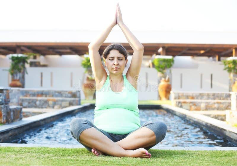 Mulher gravida que faz o esporte no parque do verão foto de stock royalty free
