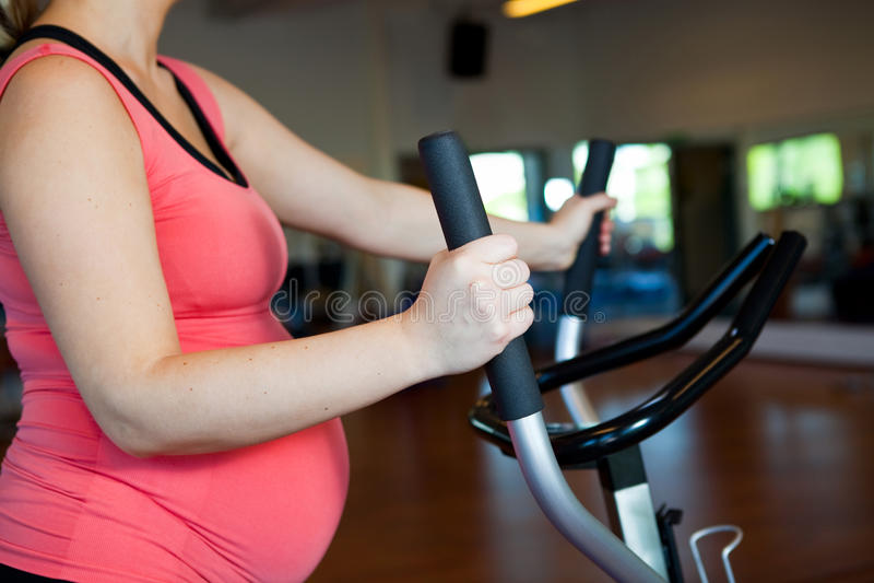 Mulher gravida que faz o exercício cardiovascular foto de stock