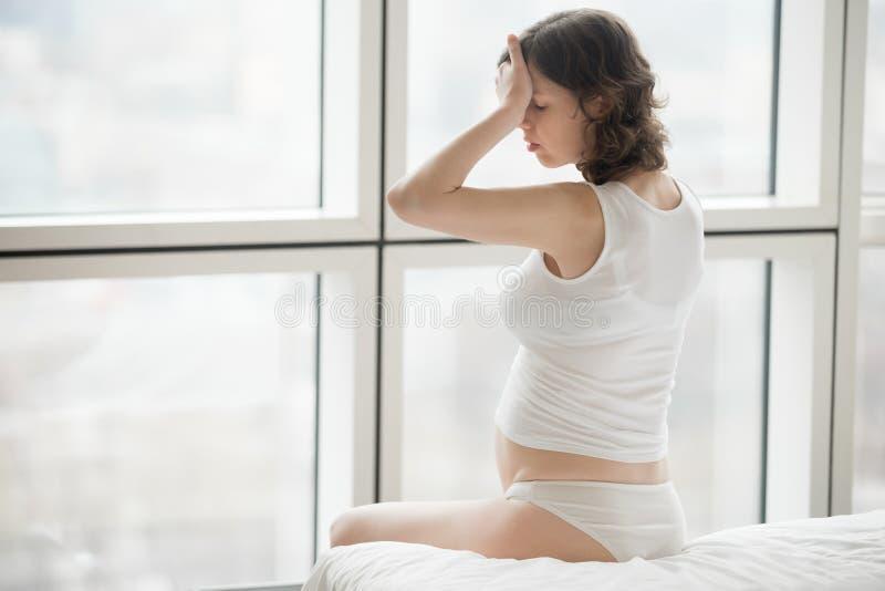 Mulher gravida que sente doente fotografia de stock royalty free