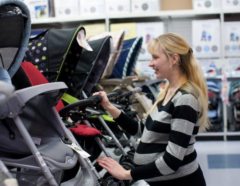 Mulher gravida que shoping imagem de stock