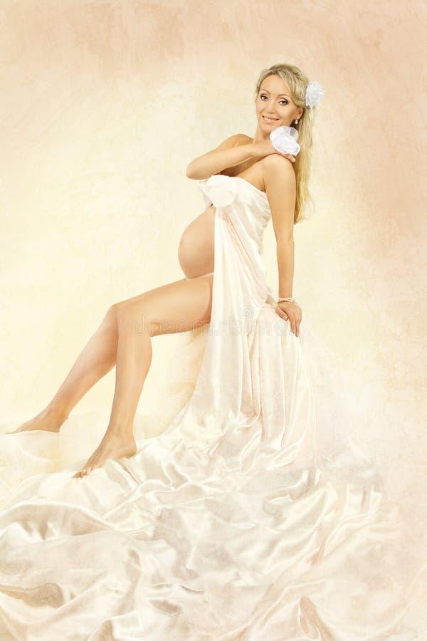 Mulher gravida que sorri na câmera. fotos de stock