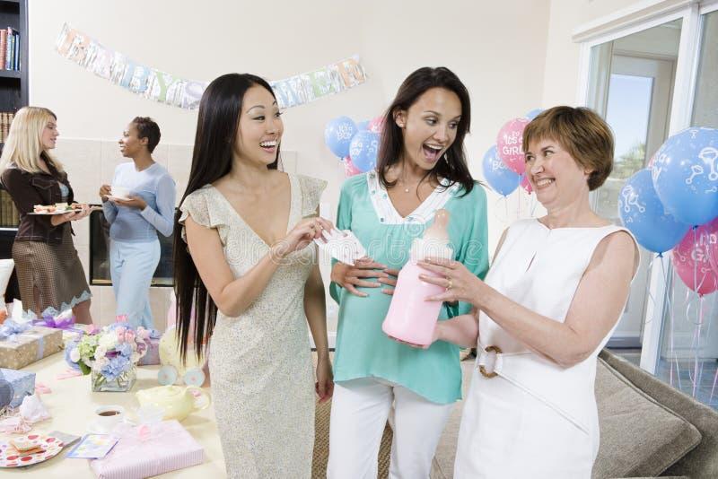 Mulher gravida surpreendida com amigos em uma festa do bebê imagem de stock royalty free