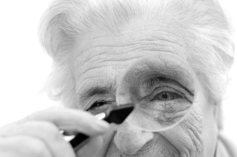 Mulher gray-haired idosa feliz fotos de stock royalty free
